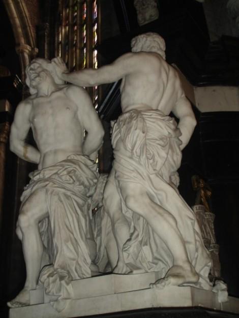 Cuerpos masculinos esculturales en la catedral de Gante