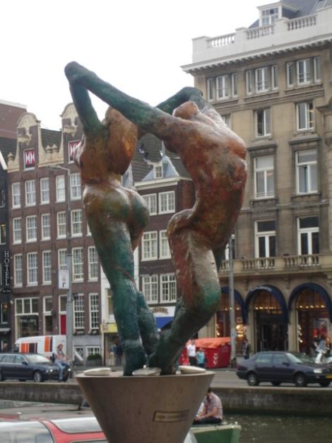 Pareja celebrando la libertad que se respira en Amsterdam