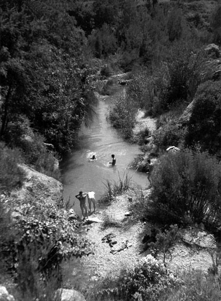 Los voluntarios canadienses del batallón de Mackenzie-Papineau bañándose en Marçá, Priorat (Tarragona)