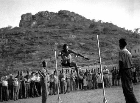 Salto de altura en una fiesta de julio 1938 en Marça, Priorat (Tarragona)