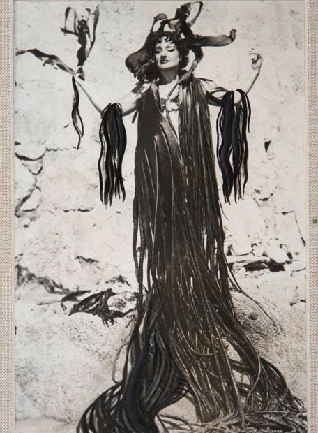Maruja Mallo con manto de algas.M. Mallo s/f