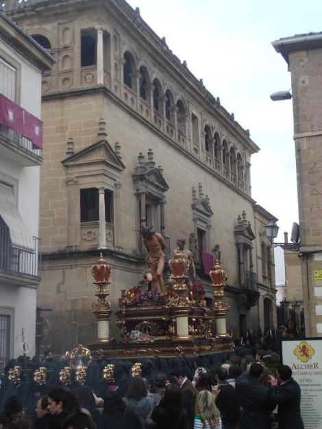 Al pasar ante la fachada del Palacio Vela de los Cobos