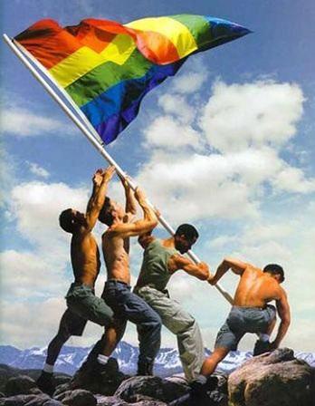 izando la bandera del arco iris